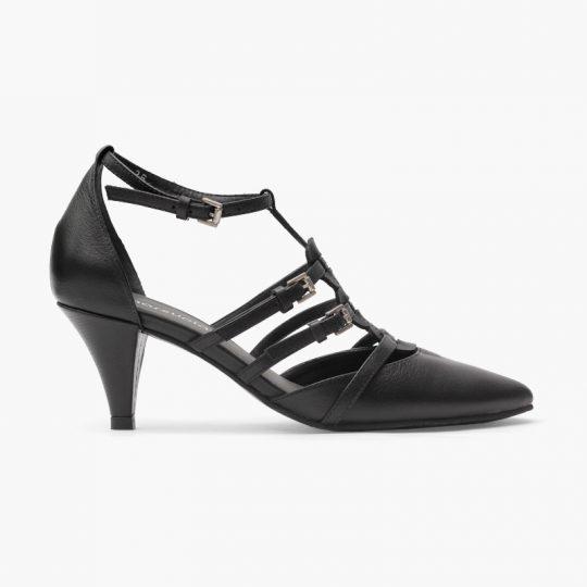 Esta moderna sandalia elaborada en cuero vacuno y tacón de aguja de 5,5 cm de altura, posee un empeine con tiras cruzadas de correas ajustables y amarre en tobillo. Su suela es de goma.