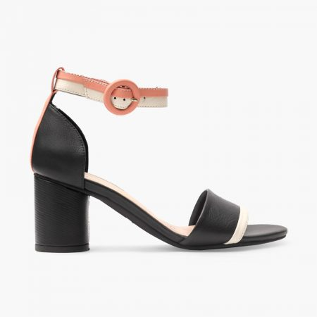Sandalia elegante elaborada en cuero vacuno de tacón grueso de 5,5 cm, combina la tira en dos tonos en la parte delantera y del tobillo, con una femenina talonera unicolor.