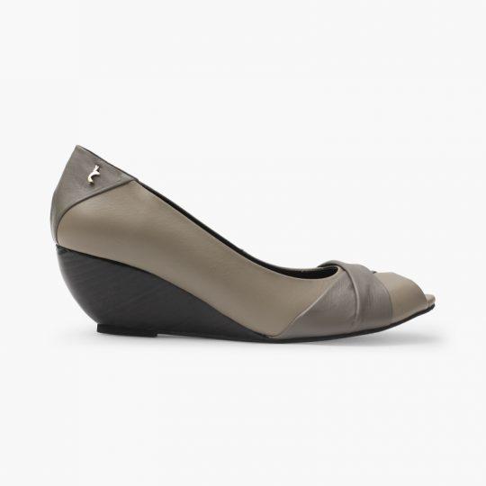 Este calzado elaborado en cuero vacuno de puntera abierta, es cómodo y elegante con su tacón estilo playa de 4,5 cm, suela en goma y aplique marsupial.